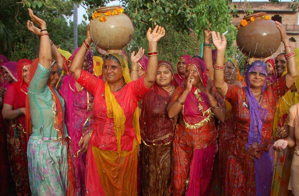 6.INDIE, Dźodhpur, 27 lipca 2012: Kobiety modlące się o deszcz. AFP PHOTO/ STR