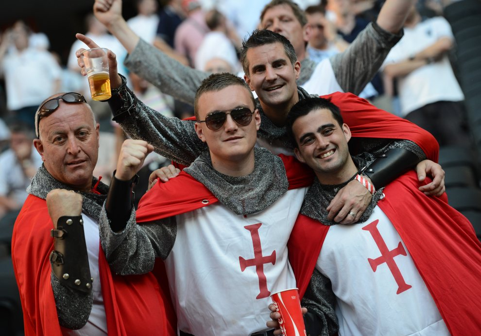 6.UKRAINA, Donieck, 11 czerwca 2012: Angielscy kibice przed rozpoczęciem spotkania z Francją. AFP PHOTO/ FRANCK FIFE