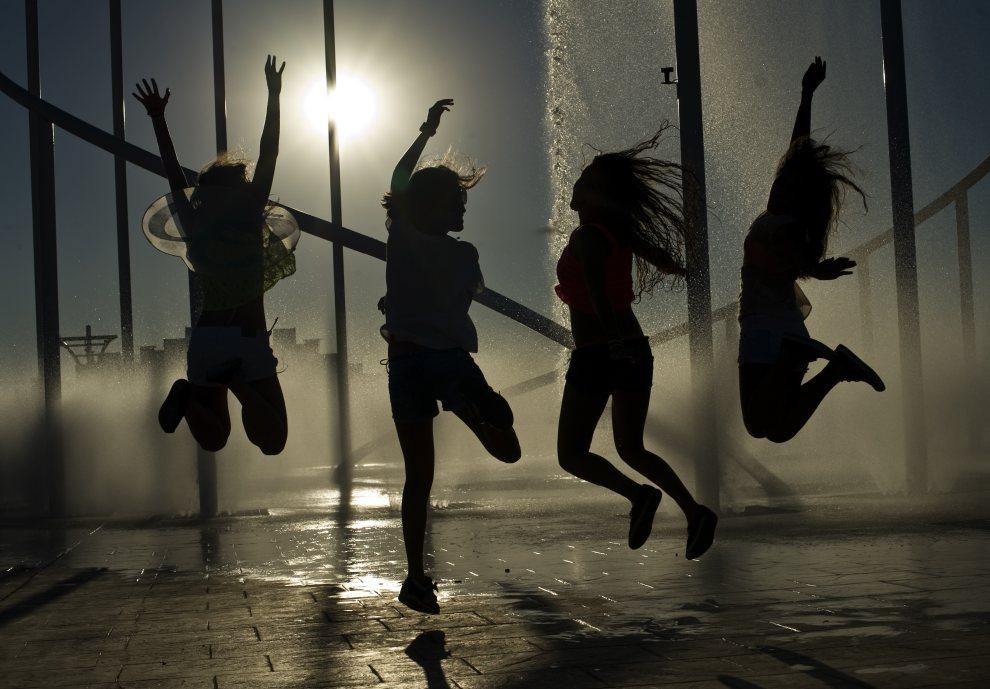 """6.HISZPANIA, Arganda del Rey, 7 lipca 2012: Dziewczyny bawiące się na festiwalu """"Rock in Rio"""". AFP PHOTO/ DANI POZO"""