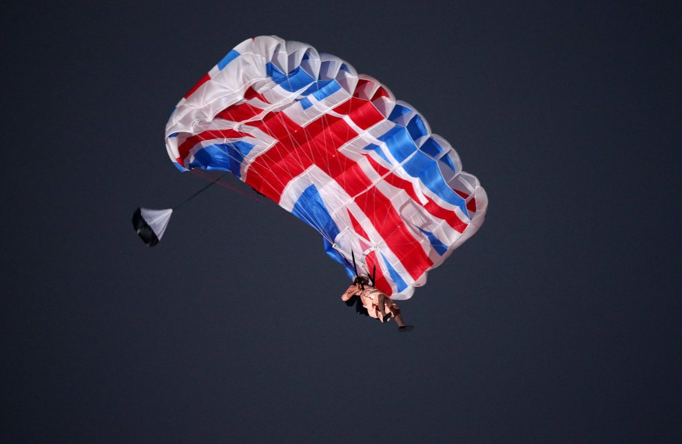 6.WIELKA BRYTANIA, Londyn, 27 lipca 2012: Kaskader w stroju Elżbiety II. skacze ze spadochronem. EPA/Christian Charisius Dostawca: PAP/EPA.