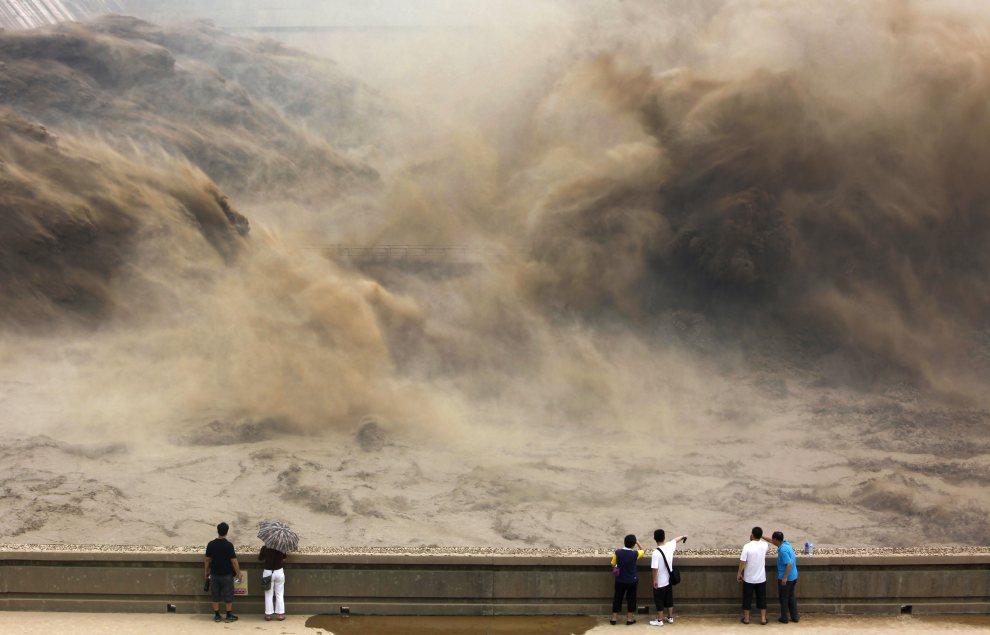 7.CHINY, Jiyuan, 6 lipca 2012: Zrzut wody na zaporze Xiaolangdi (Rzeka Żółta). AFP PHOTO