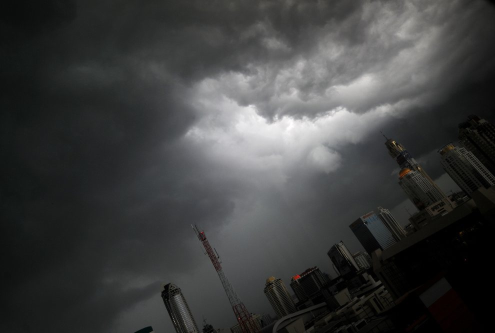7.TAJLANDIA, Bangkok, 17 lipca 2012: Chmury zbierające się nad centrum Bangkoku. AFP PHOTO/PORNCHAI KITTIWONGSAKUL