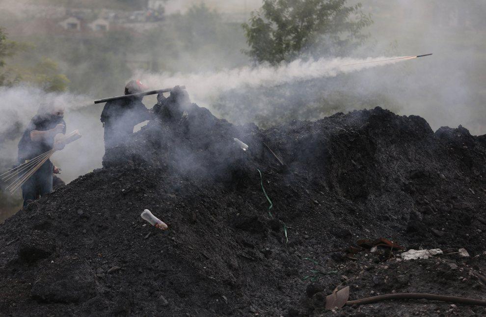 8.HISZPANIA, Langero, 4 lipca 2012: Hiszpańscy górnicy w czasie ogólnokrajowego strajku. AFP PHOTO / CESAR MANSO