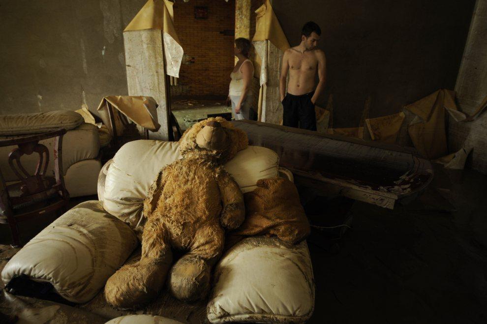 8.ROSJA, Krymsk, 8 lipca 2012: Wnętrze zalanego podczas powodzi domu. AFP PHOTO / MIKHAIL MORDASOV