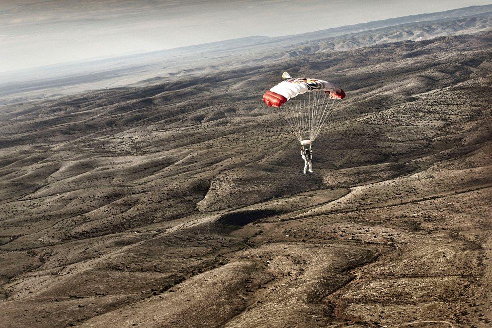 8.USA, Roswell, 25 lipca 2012: Felix Baumgartner podchodzi do lądowania po udanym skoku z wysokości 29.455 m. AFP PHOTO/RED BULL