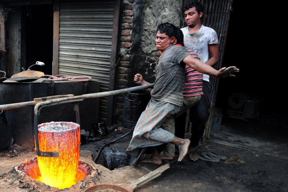 8.BANGLADESZ, Dhaka, 16 lipca 2012: Wytapianie żelaza w stoczni przy rzece Buriganga. AFP PHOTO/Munir uz ZAMAN