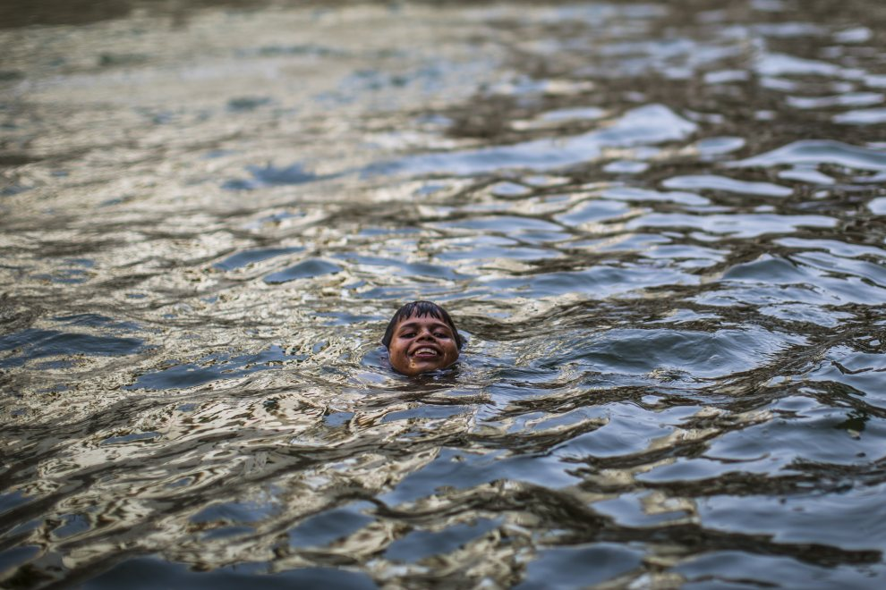 8.INDIE, New Delhi, 1 czerwca 2012: Chłopiec pływa w studni w Nizamuddin Dargah. (Foto: Daniel Berehulak /Getty Images )