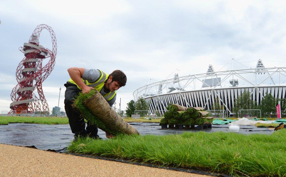 8.WIELKA BRYTANIA, Londyn, 17 lipca 2012: Rozwijanie beli z trawą w Parku Olimpijskim. (Foto: Michael Regan/Getty Images)