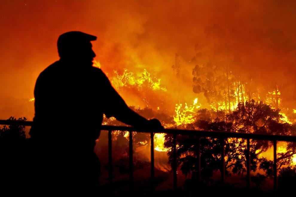 8.PORTUGALIA, Cachopo, 20 lipca 2012: Mężczyzna przygląda się płonącym obszarom w okolicach Cachopo. EPA/MELANIE MAPS Dostawca: PAP/EPA.