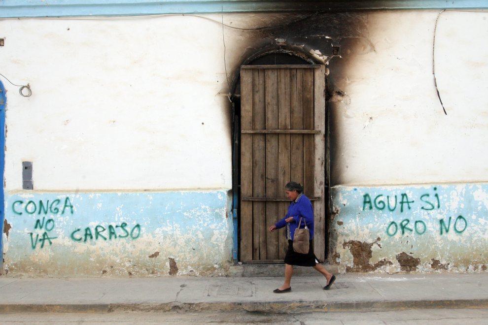 9.PERU, Celendin, 5 lipca 2012: Ulica po starciach policji z ludźmi protestującymi przeciw kompleksowi wydobywczemu Conga. AFP   PHOTO/STR