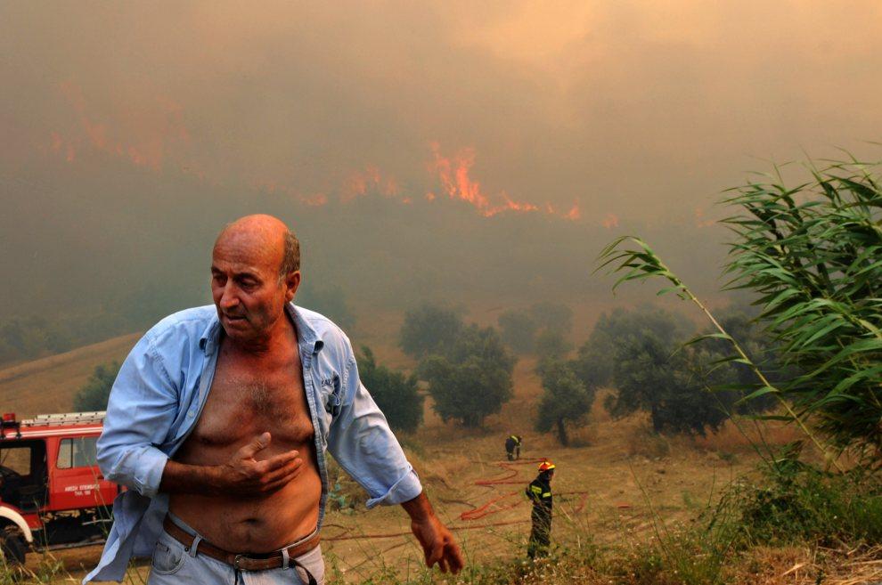 9.GRECJA, Patras, 18 lipca 2012: Mężczyzna mieszkający na obszarach zagrożonych przez pożar. AFP PHOTO / Giota Korbaki