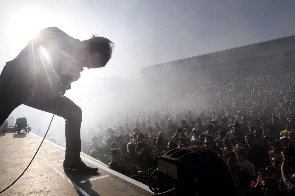 9.SZWAJCARIA, Nyon, 18 lipca 2012: Mathias Malzieu, lider zespołu Dyonisos, podczas występu na festiwalu Paleo. AFP PHOTO / FABRICE COFFRINI