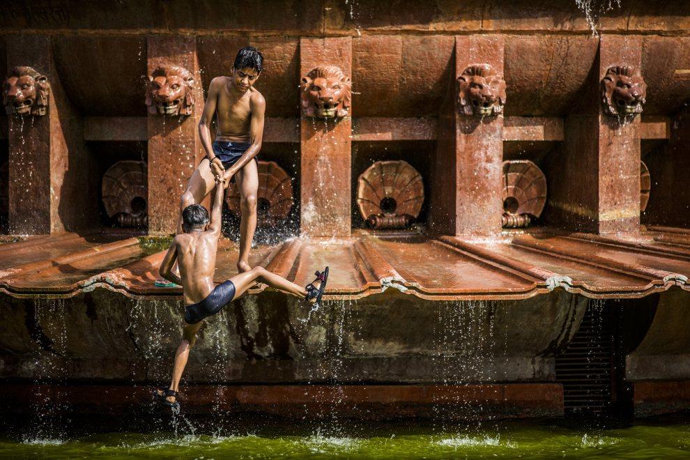9.INDIE, New Delhi, 31 maja 2012: Chłopcy bawią się w fontannie w upalny dzień. (Foto: Daniel Berehulak /Getty Images )