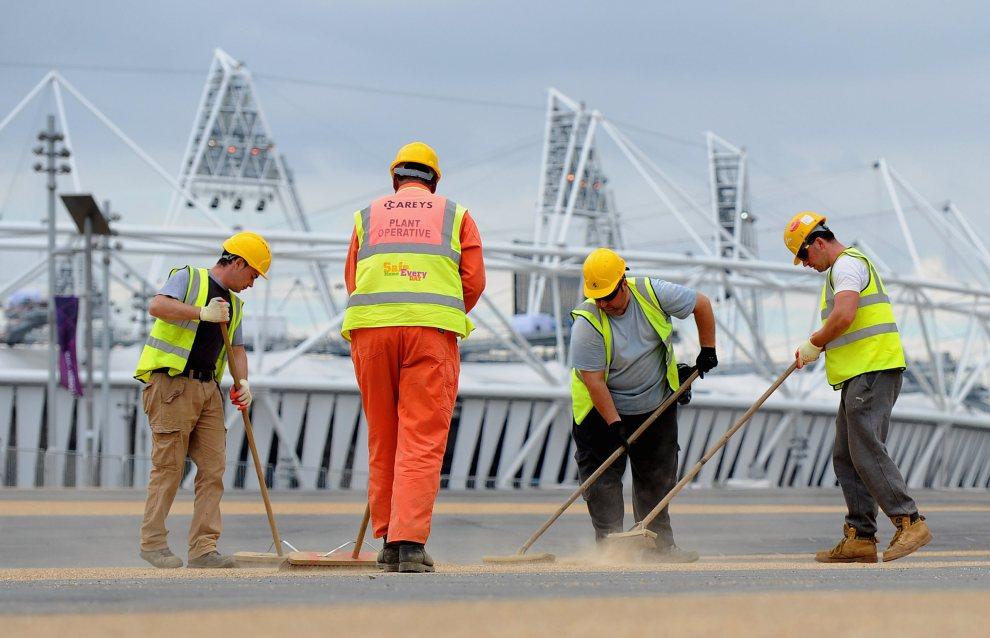 9.WIELKA BRYTANIA, Londyn, 17 lipca 2012: Sprzątanie ścieżek w pobliżu Stadionu Olimpijskiego. (Foto: Michael Regan/Getty Images)
