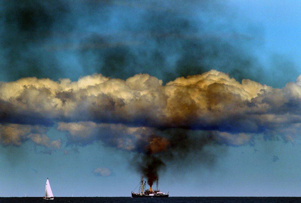 """11.NIEMCY, Rostock, 9 sierpnia 2012: Parowiec  """"Bussard"""", zbudowany w 1905 roku, w trakcie parady na wodach Bałtyku.  AFP PHOTO / BERND WUESTNECK"""
