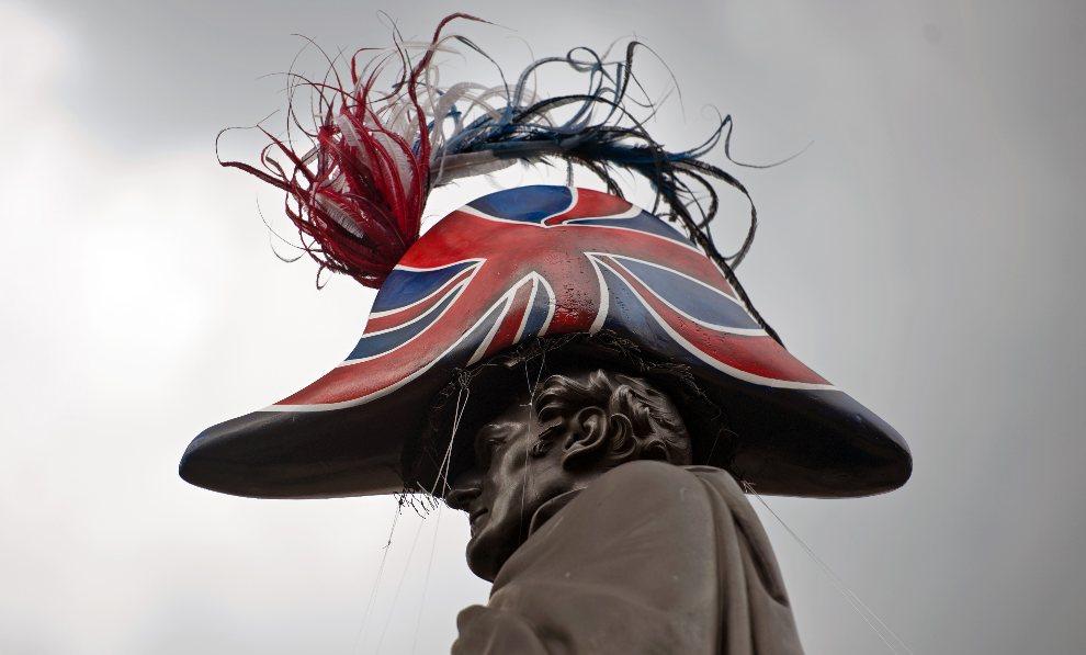 """11.WIELKA BRYTANIA, Londyn, 30 lipca 2012: Pomnik księcia Wellingotn w """"nowym kapeluszu"""". AFP PHOTO / WILL OLIVER"""
