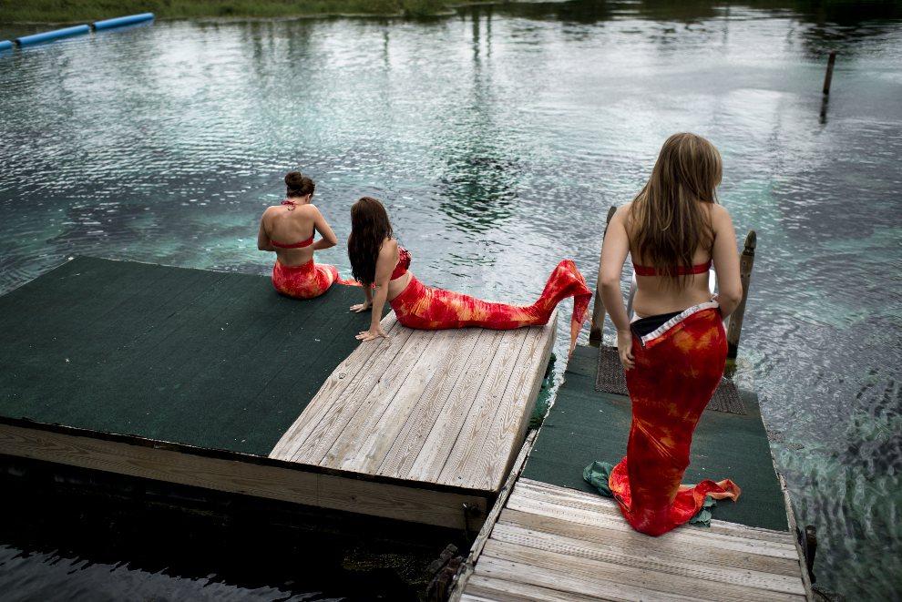 """11.USA, Weeki Watchee, 22 sierpnia 2012: Uczestniczki pokazu zatytułowanego """"Little Mermaid"""", przygotowują się do wejścia do wody. AFP PHOTO/Brendan SMIALOWSKI"""