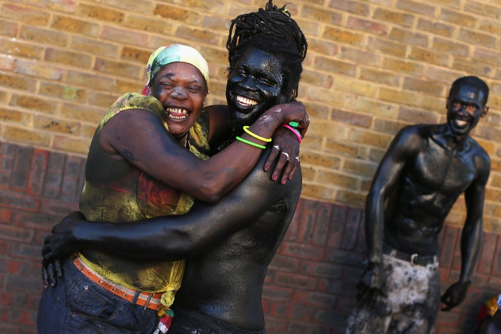 11.WIELKA BRYTANIA, Londyn, 26 sierpnia 2012: Uczestnicy zabawy wysmarowani czarną farbą. (Foto: Oli Scarff/Getty Images)