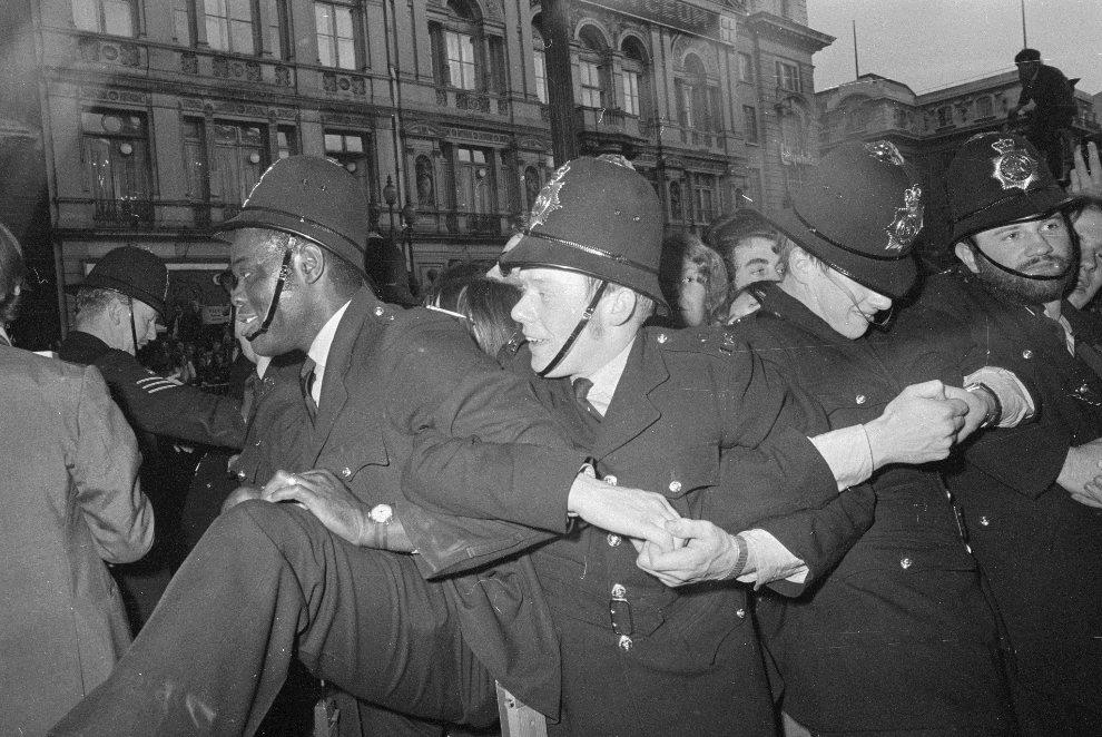 """11.WIELKA BRYTNIA, Londyn, 21 maja 1970: Policjanci powstrzymują fanów, którzy chcą wedrzeć się na premierę """"Let It Be"""". (Foto: Central Press/Getty Images)"""