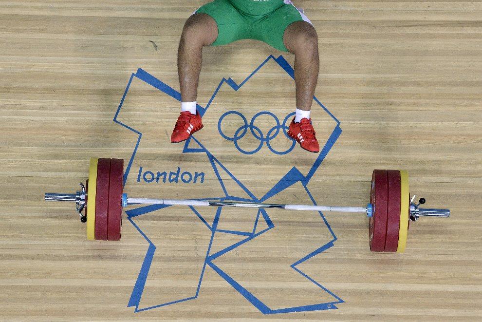 12.WIELKA BRYTANIA, Londyn, 6 sierpnia 2012: Upadek Walida Bidaniego przy próbie podniesienia ciężaru. AFP PHOTO / YURI CORTEZ