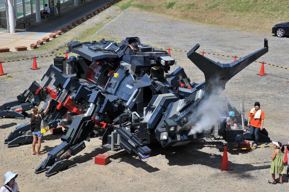 """12.JAPONIA, Tsukuba, 26 sierpnia 2012: Żuk-robot """"Kabutom RX-03"""", skonstruowany przez Hitoshi Takahashiego. AFP PHOTO / Yoshikazu TSUNO"""