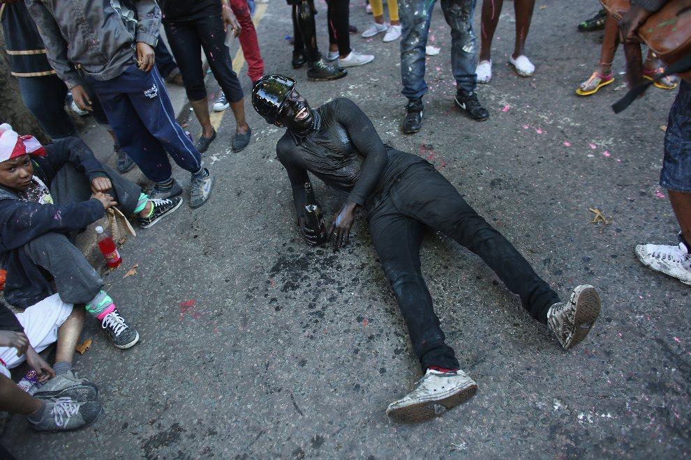 12.WIELKA BRYTANIA, Londyn, 26 sierpnia 2012: Uczestnik karnawału w otoczeniu znajomych. (Foto: Oli Scarff/Getty Images)