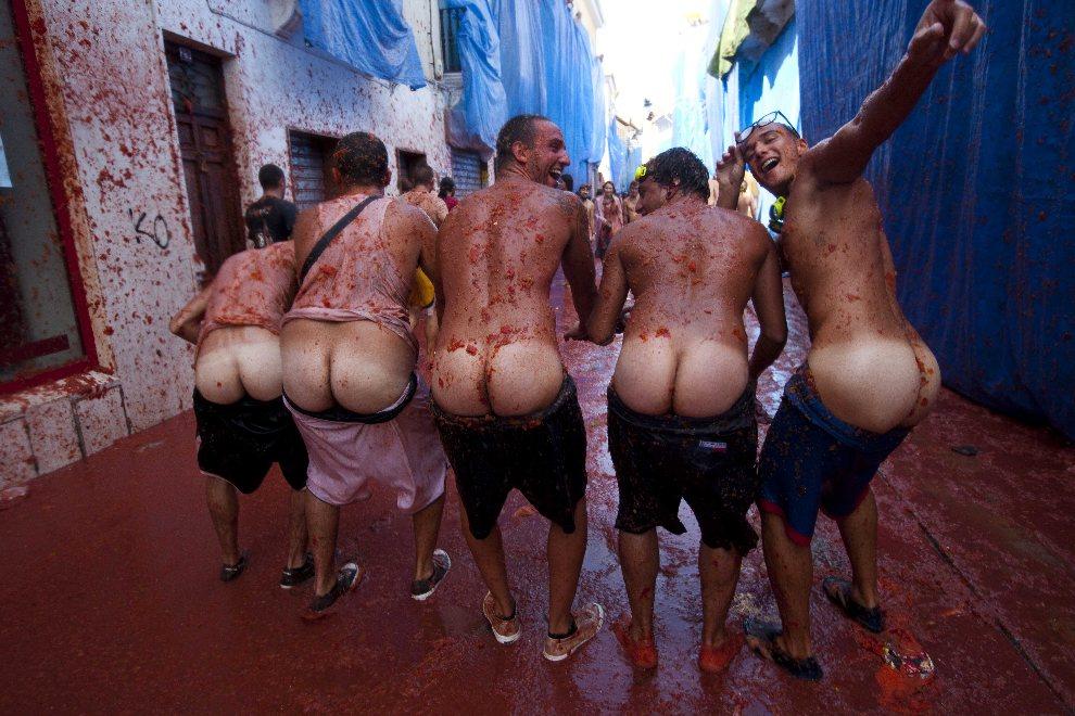 13.HISZPANIA, Bunol, 29 sierpnia 2012: Uczestnicy Tomatiny (tradycyjnej bitwy na pomidory) pozują do zdjęcia. AFP PHOTO / BIEL ALINO