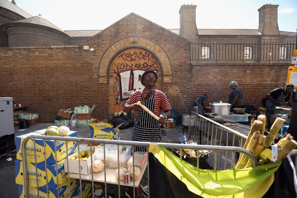 13.WIELKA BRYTANIA, Londyn, 26 sierpnia 2012: Sprzedawca rozstawia swój stragan z napojami. (Foto: Oli Scarff/Getty Images)