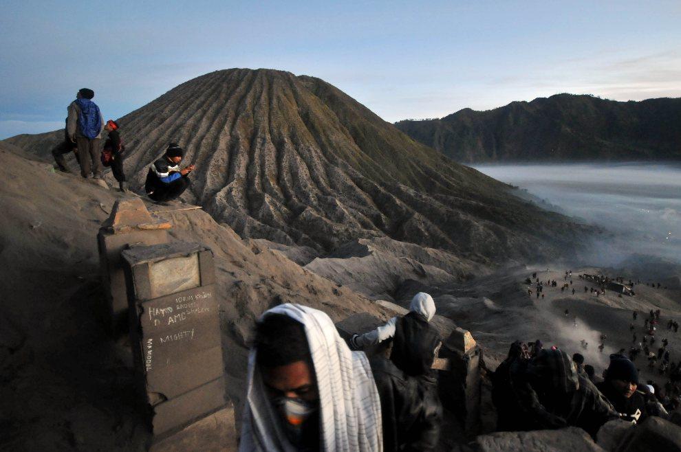 15.INDONEZJA, Mount Bromo, 4 sierpnia 2012: Pielgrzymi modlą się na zboczu wulkanu w trakcie festiwalu  Kasada. AFP PHOTO / KIMI