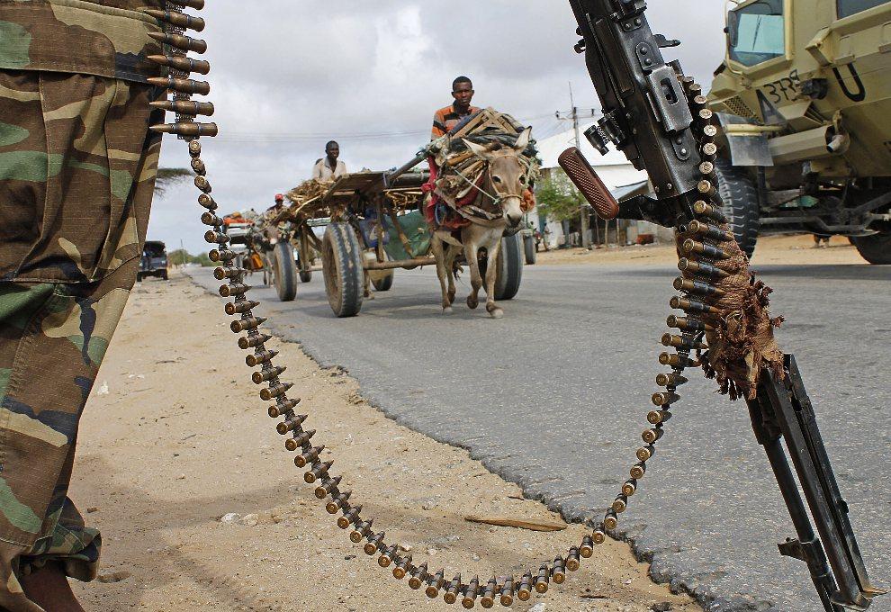 15.SOMALIA, Mogadiszu, 30 lipca 2012: Somalijski żołnierz na posterunku w trakcie wizyty głowy państwa. AFP PHOTO / Mohamed Abdiwahab