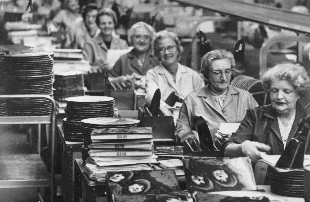 """15.WIELKA BRYTANIA, Hayes, 25 listopada 1965: Wytwórnia EMI, gdzie tłoczona jest właśnie płyta """"Rubber Soul"""". (Foto: Keystone/Getty Images)"""