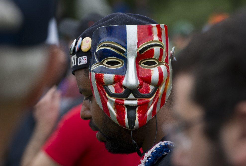 16.USA, Tampa, 27 sierpnia 2012: Mężczyzna protestujący przed rozpoczęciem wiecu wyborczego. AFP PHOTO/MLADEN ANTONOV