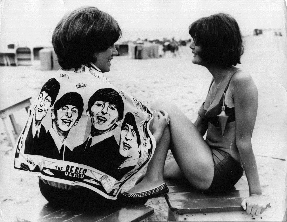 17.HOLANDIA, 23 maja 1964: Nastolatka na plaży otulona ręcznikiem z podobiznami członków zespołu. (Foto: Keystone/Getty Images)