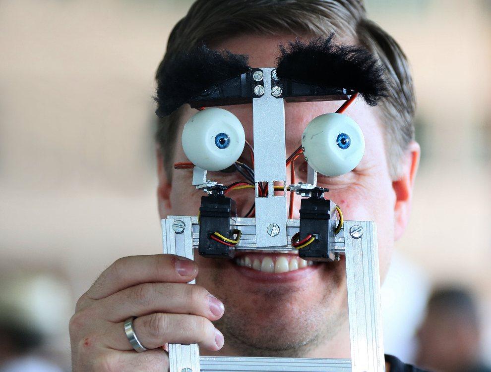 17.NIEMCY, Berlin, 26 sierpnia 2012: Konstruktor prezentuje mechaniczną twarz. AFP PHOTO / STEPHANIE PILICK