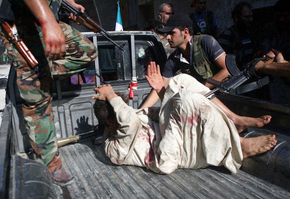 17.SYRIA, Aleppo, 31 lipca 2012: Policjant pojmany przez rebeliantów. AFP PHOTO/EMIN OZMEN/SABAH PRESS