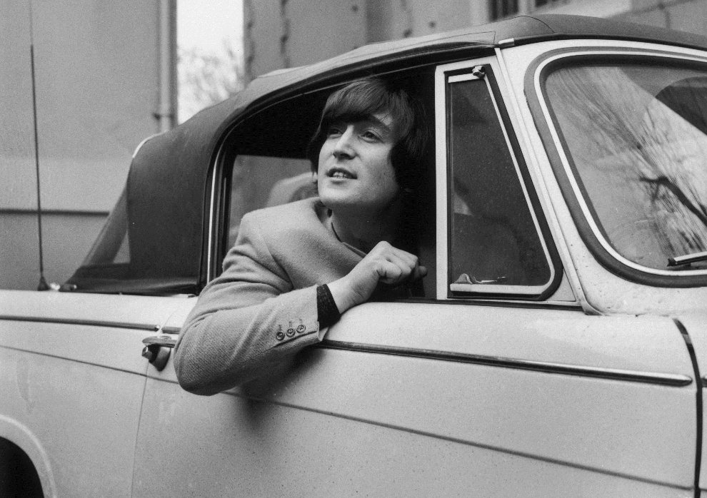 18.Brak lokalizacji, 18 lutego 1965: John Lennon w samochodzie Triumph Herald. (Foto: Evening Standard/Getty Images)