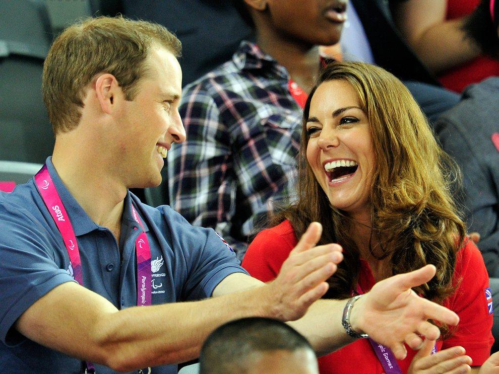 18.WIELKA BRYTANIA, Londyn, 30 sierpnia 2012: Książę William i księżna Kate, obserwują wyścig kolarski w trakcie trwającej paraolimpiady. AFP PHOTO / GLYN KIRK