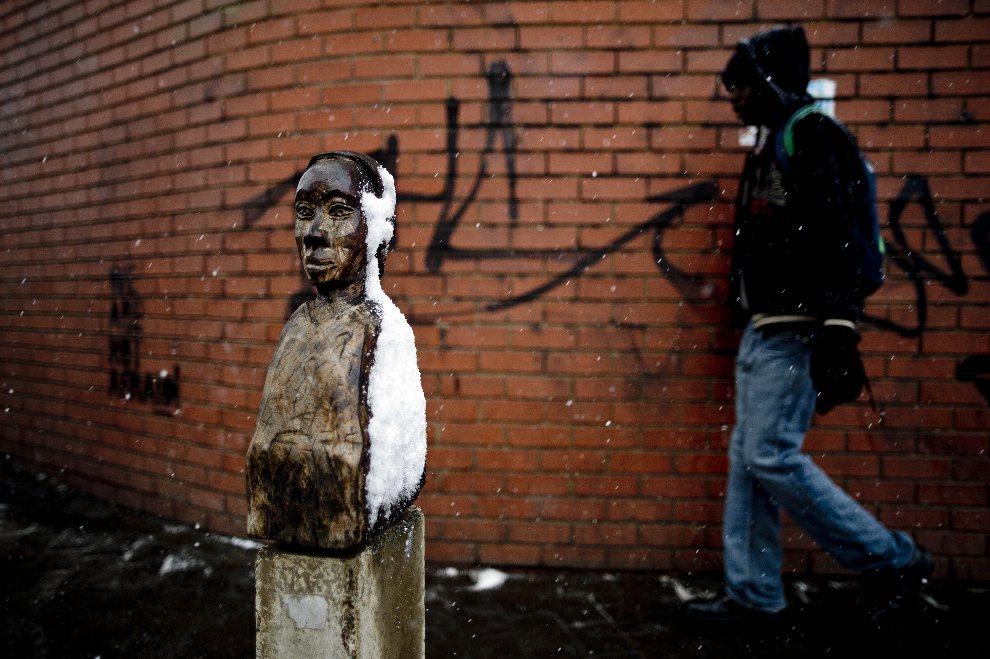 18.RPA, Johannesburg, 7 sierpnia 2012: Mężczyzna mija figurkę pokrytą śniegiem. AFP PHOTO / STRINGER