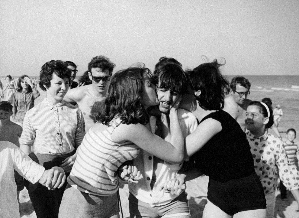 19.USA, Miami, 2 lutego 1964: Ringo Starr całowany przez fanki. (Foto: Daily Express/Archive Photos/Getty Images)