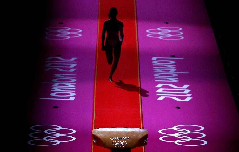 18.WIELKA BRYTANIA, Londyn, 31 lipca 2012: Rozgrzewka gimnastyczki przed występem finałowym. (Foto:  Jamie Squire/Getty Images)