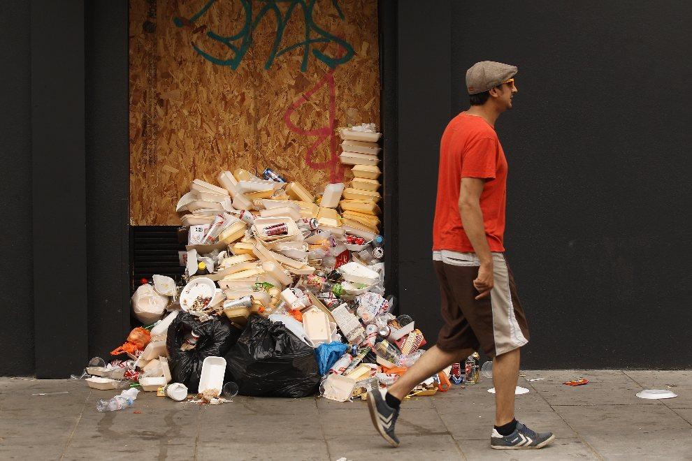 18.WIELKA BRYTANIA, Londyn, 26 sierpnia 2012: Sterta śmieci pozostawiona przez uczestników karnawału. (Foto: Oli Scarff/Getty Images)