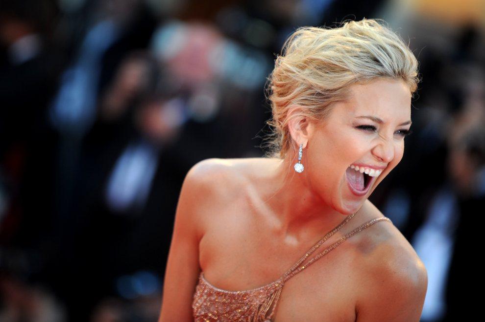 19.WŁOCHY, Wenecja, 29 sierpnia 2012: Uśmiechnięta Kate Hudson podczas ceremonii otwarcia festiwalu filmowego w Wenecji. AFP PHOTO / TIZIANA FABI