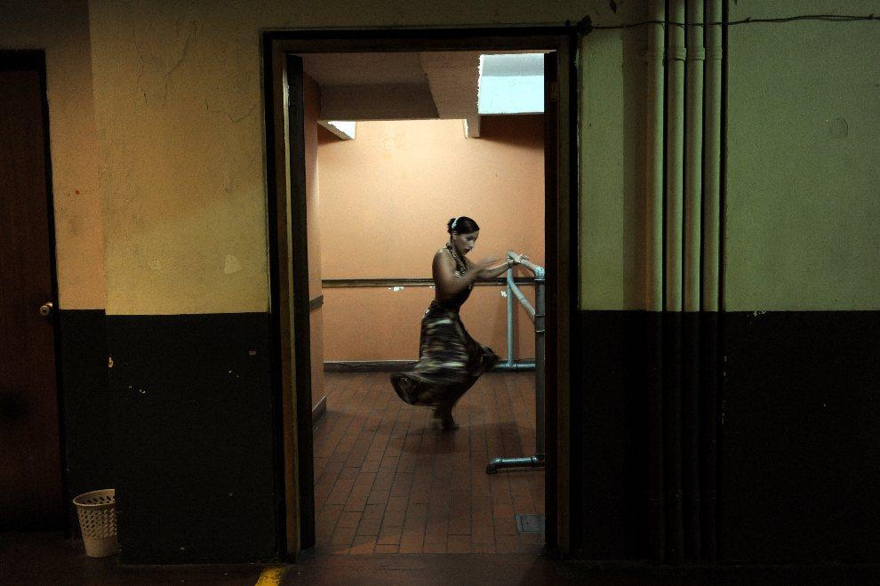 19.KOLUMBIA, Cali, 28 lipca 2012: Tancerka tango przygotowuje się do występu. AFP PHOTO/LUIS ROBAYO