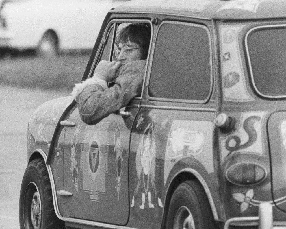 20.WIELKA BRYTANIA, Kent, 7 listopada 1967: John Lennon za kierownicą samochodu Radford Mini de Ville, którego właścicielem był George Harrison. (Foto: Keystone   Features/Hulton Archive/Getty Images)