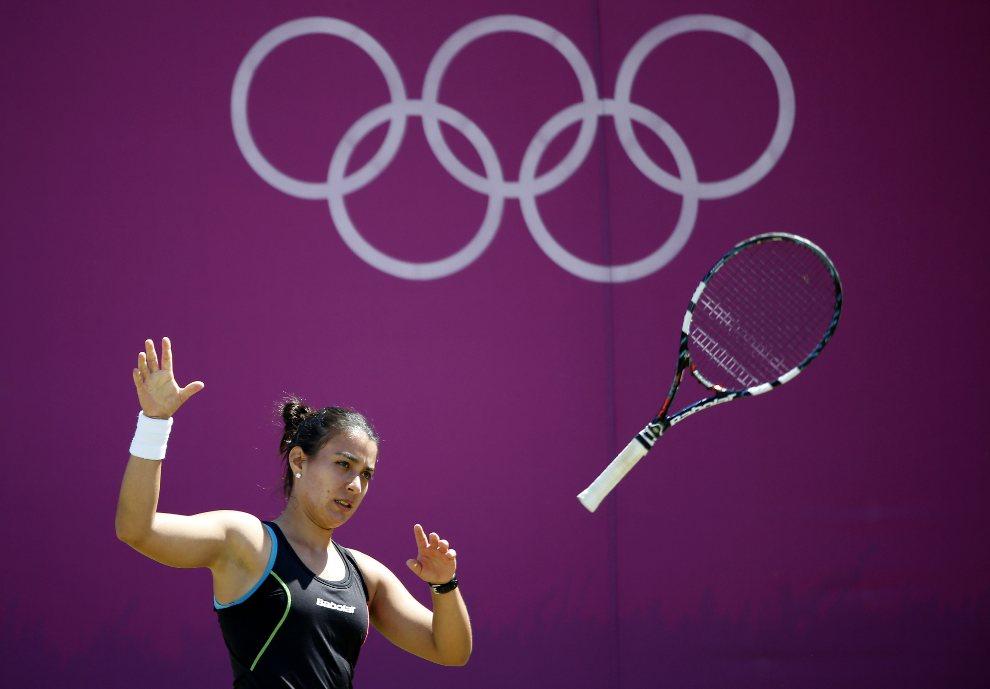 19.WIELKA BRYTANIA, Londyn, 30 lipca 2012: Veronica Cepede Royg (Paragwaj) rzucą swoją rakietą tenisową. (Foto:  Jamie Squire/Getty Images)