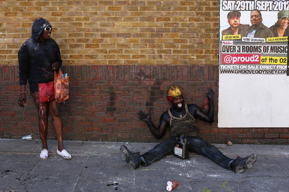 19.WIELKA BRYTANIA, Londyn, 26 sierpnia 2012: Uczestnicy zabawy karnawałowej pokryci farbą. (Foto: Oli Scarff/Getty Images)