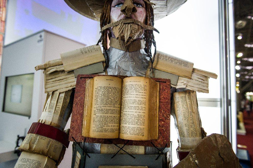 1.BRAZYLIA, Sao Paulo, 13 sierpnia 2012: Don Kichot z książek i kartonu wystawiony na Międzynarodowych Targach Książki. AFP PHOTO/Yasuyoshi CHIBA
