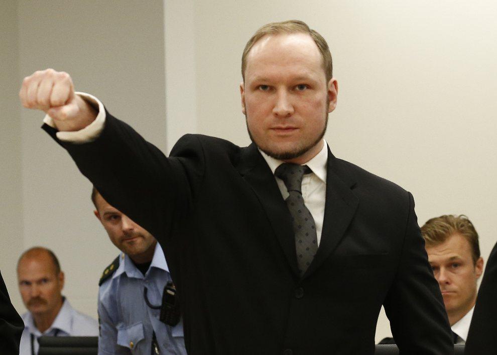 1.NOREWGIA, Oslo, 24 sierpnia 2012: Anders Behring Breivik po wejściu na salę rozpraw, gdzie ogłoszony został skazujący go wyrok. AFP PHOTO/ POOL / HEIKO JUNGE