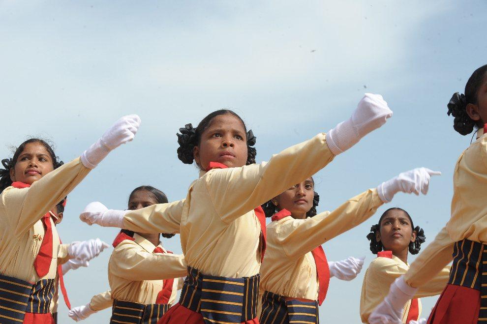 20.INDIE, Secunderabad, 15 sierpnia 2012: Dzieci maszerujące podczas parady z okazji święta niepodległości. AFP PHOTO / Noah SEELAM
