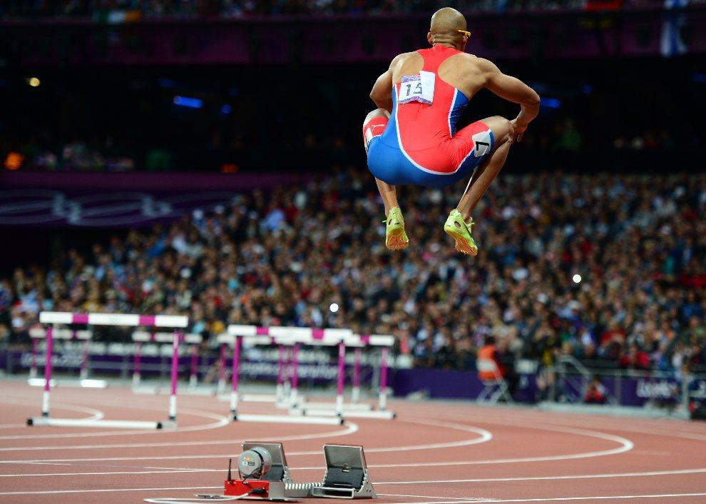 20.WIELKA BRYTANIA, Londyn, 6 sierpnia 2012: Felix Sanchez rozgrzewa się przed startem  do biegu n 400 m przez płotki. AFP PHOTO / OLIVIER MORIN